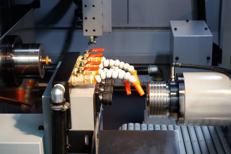 Cnc-Drehbank Maschine oder Drehmaschine, welche die Stahlkegelformstange schmeißen HochtechnologieHerstellungsverfahren stockbild