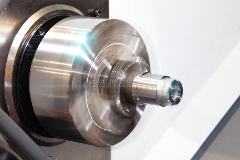 Cnc-drejbänkmaskin eller roterande maskin med den roterande spindeln med metalldelen arkivbilder