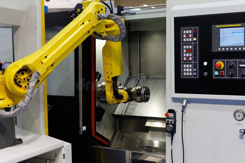 Cnc-drejbänkmaskin och robot fotografering för bildbyråer