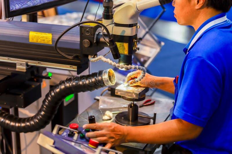 CNC het lassenmachine van de Lasermicroscoop voor knipsel van metaal, moder stock foto