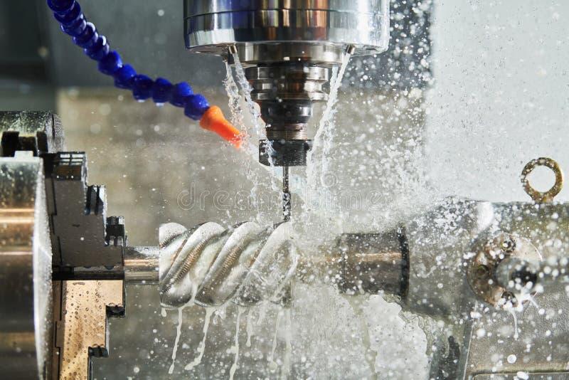 CNC het werk van de malenmachine Koelmiddel en smering in de industrie van de toestelmetaalbewerking royalty-vrije stock foto