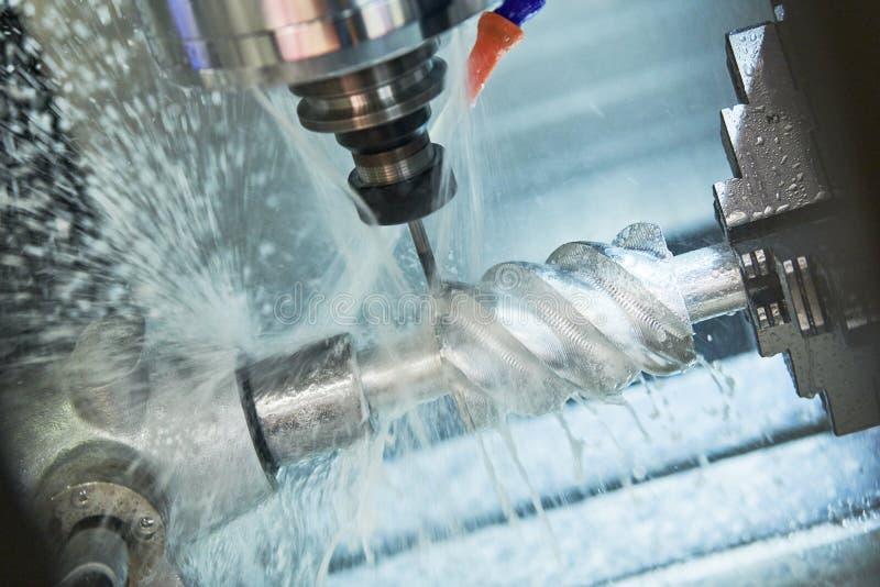 CNC het werk van de malenmachine Koelmiddel en smering in de metaalbewerkingsindustrie stock foto