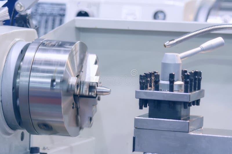 CNC kręcenia maszyny wrzeciono i tokarka warsztat fotografia stock
