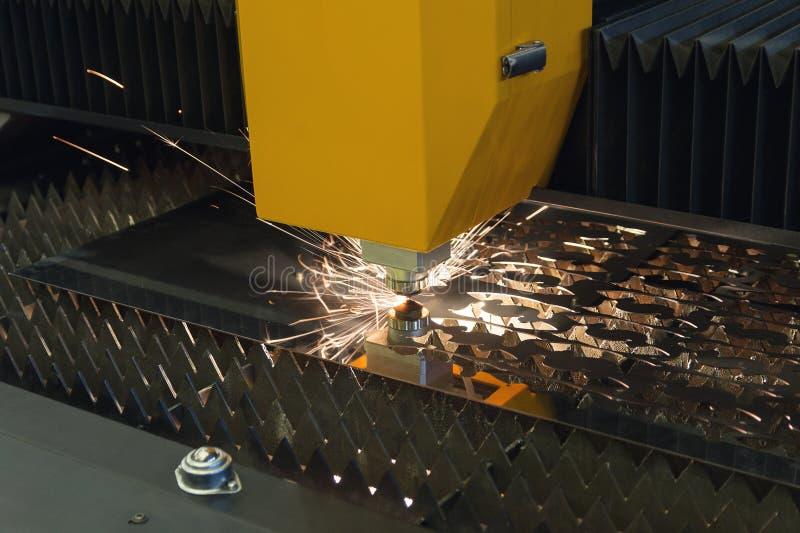 Cnc-laser-klipp av metall Industriell teknologi royaltyfria foton