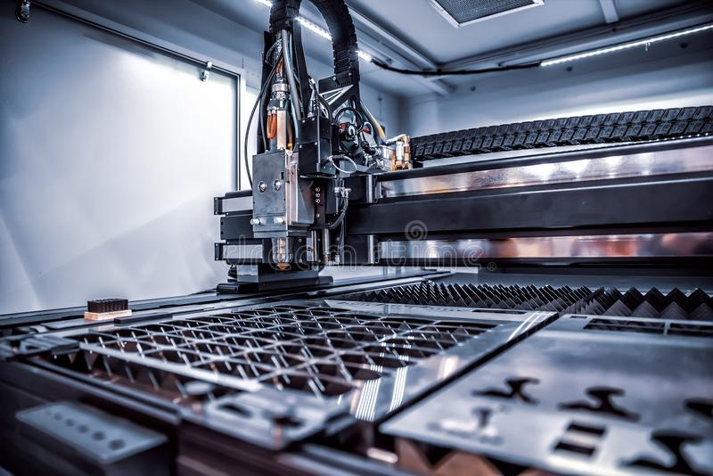 CNC Laserknipsel van metaal, moderne industriële technologie stock foto's