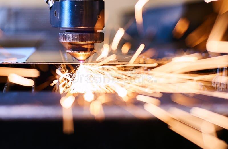 CNC Laserknipsel van metaal, moderne industriële technologie Kleine diepte van gebied stock afbeelding
