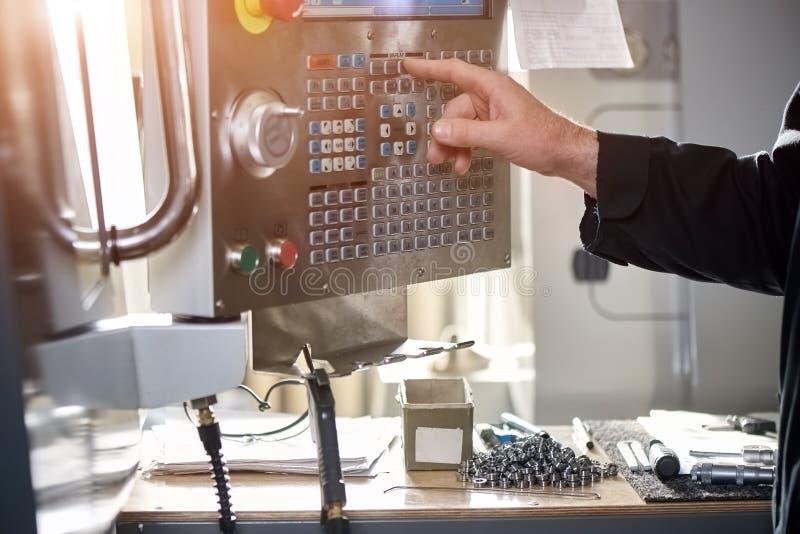 Cnc machinecontroles, mannelijke hand stock foto's
