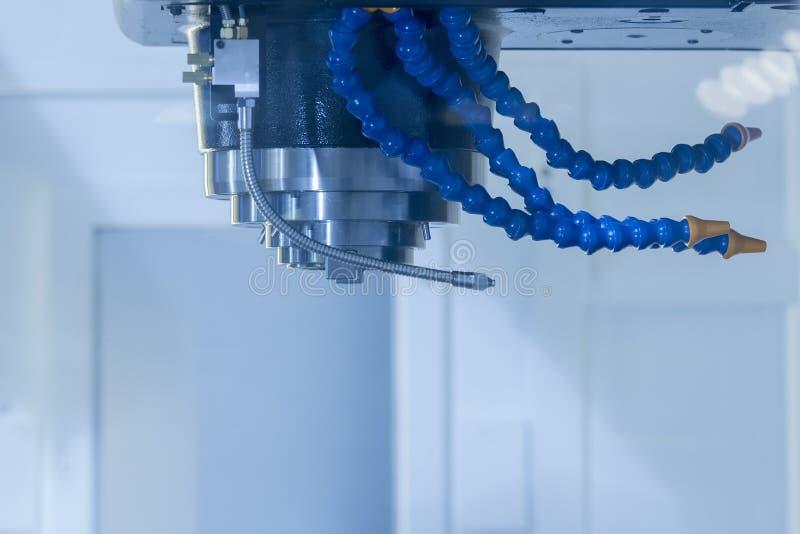Cnc-maskin av spindeln att inte ha hjälpmedelhållaren och kylaröret arkivbild