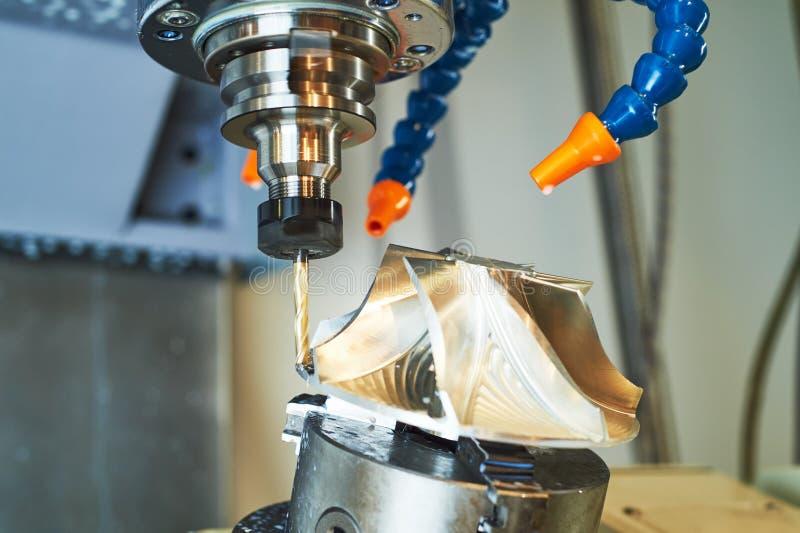 Cnc maszyna przy metal pracy przemys?em precyzji mielenia impeller machining obrazy stock