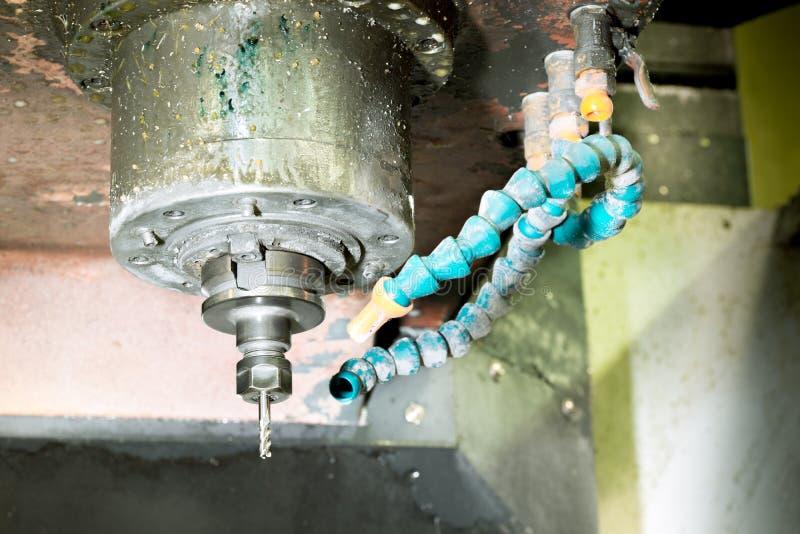 CNC mielenia maszyna mleje głowy w metalu przemysle z coolant ciekłymi tubkami zdjęcia stock