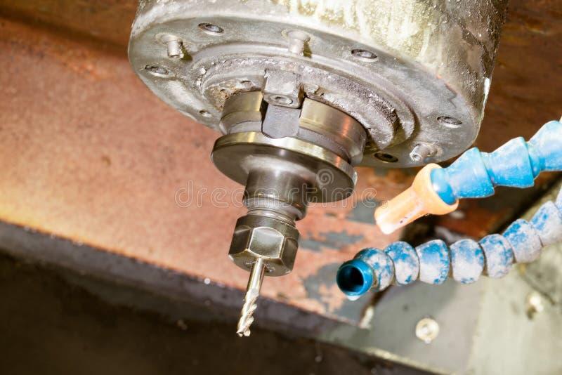 CNC mielenia maszyna mleje głowy w metalu przemysle z coolant ciekłymi tubkami obrazy royalty free