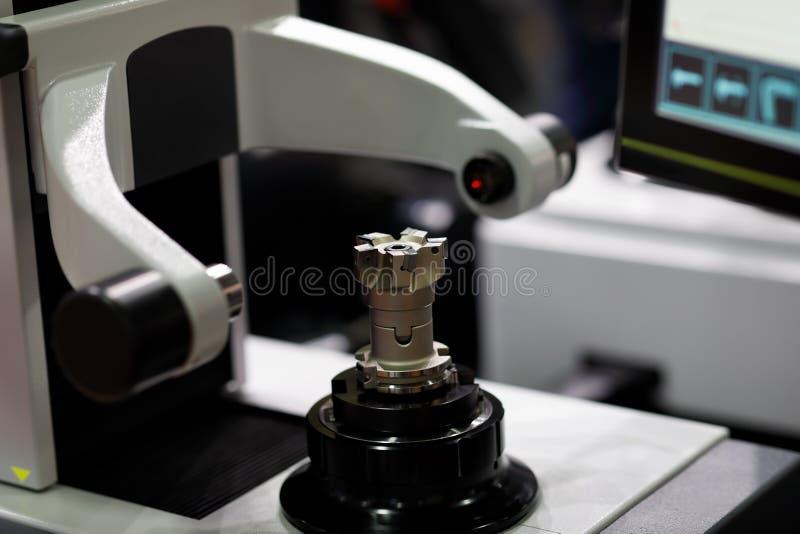 CNC narzędzia presetting i pomiarowa maszyna obrazy stock