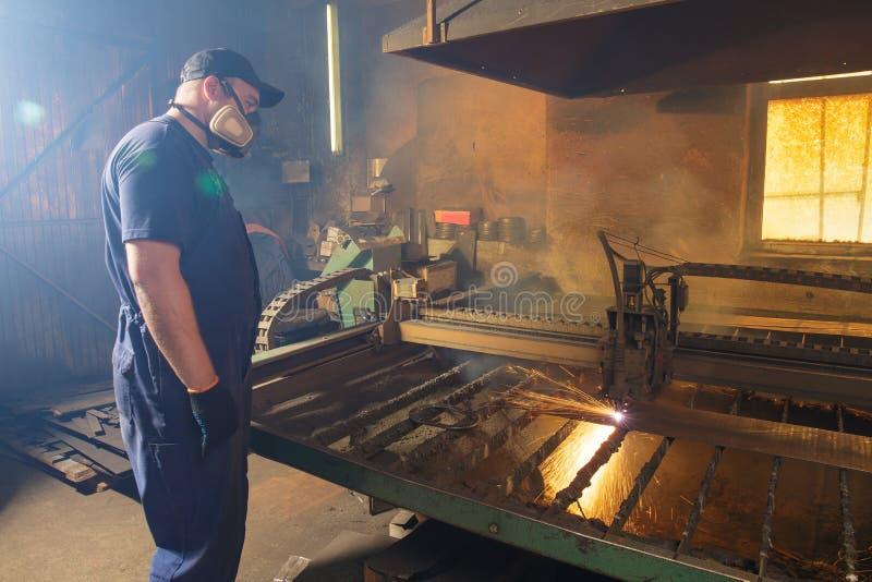 CNC osocza tnąca maszyna podczas operaci fotografia royalty free