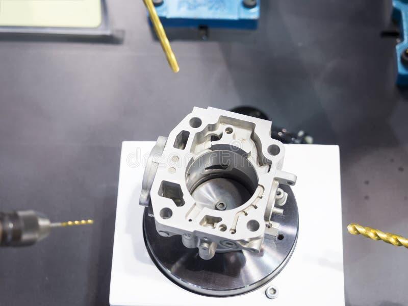 CNC som bearbetar med maskin formen för mittklipp royaltyfri foto