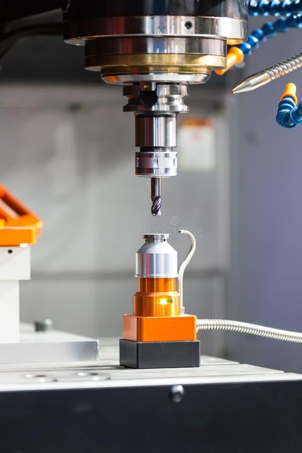 CNC som bearbetar med maskin formen för mittklipp royaltyfri bild