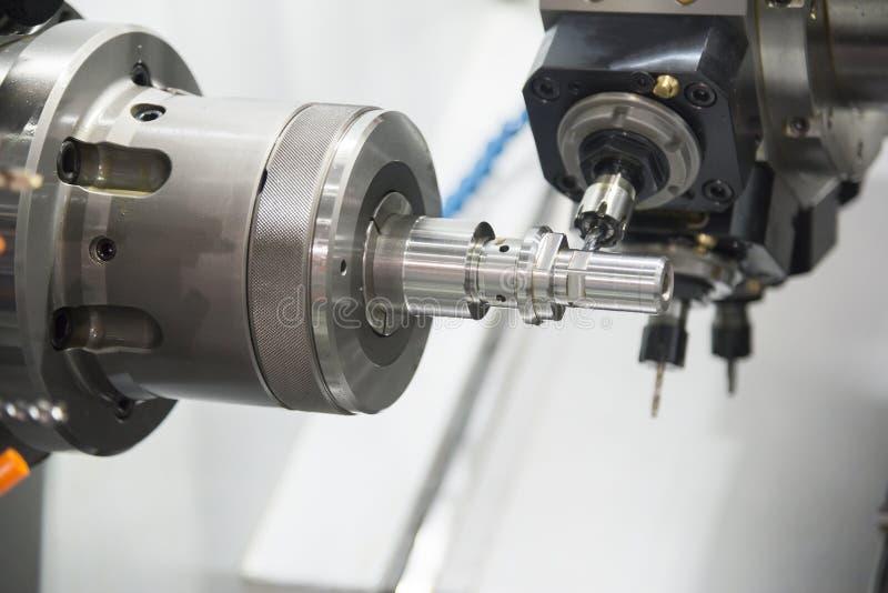 CNC tokarska maszyna mleje stalowego dyszel fotografia stock