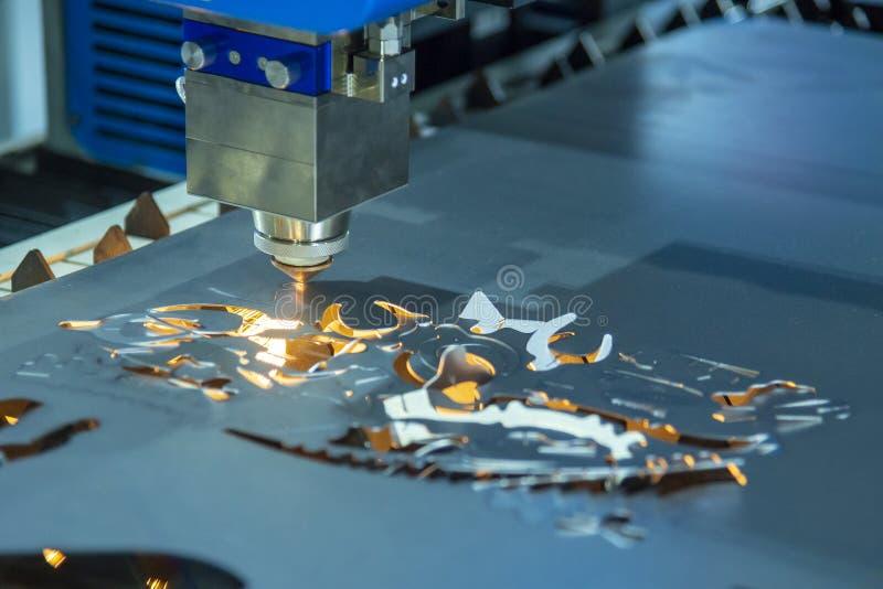 CNC włókna laserowy tnący maszynowy rozcięcie metalu talerz z iskrzy światłem obraz royalty free