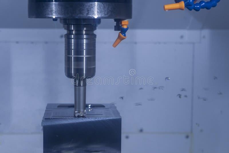 CNC werktuigmachine die grondstof in fabriek snijden royalty-vrije stock foto's