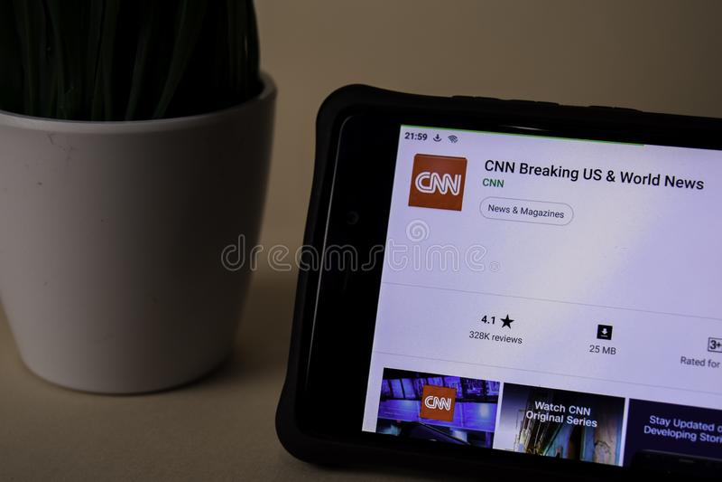 CNN que rompe los E.E.U.U. y el uso del revelador de las noticias de mundo en la pantalla de Smartphone CNN es un freeware foto de archivo