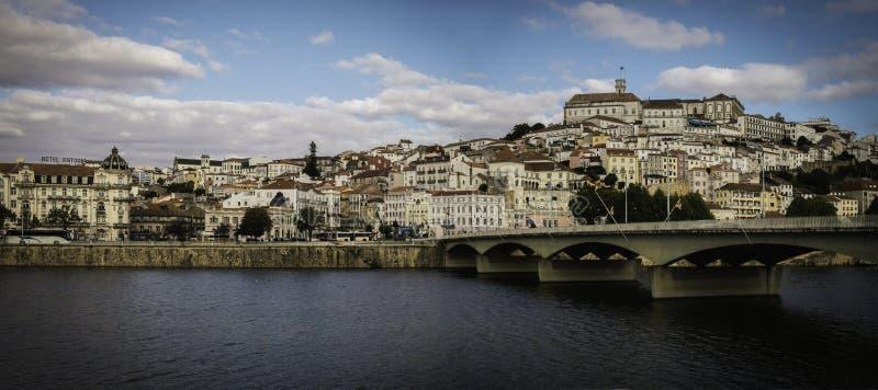 Coímbra, Portugal con el puente de Europa imagenes de archivo