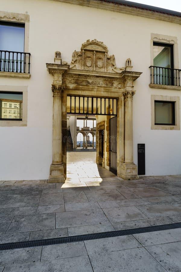 Coímbra, Portugal, el 13 de agosto de 2018: La puerta de entrada al museo llamado de Machado Castro y visión del patio interno es imágenes de archivo libres de regalías
