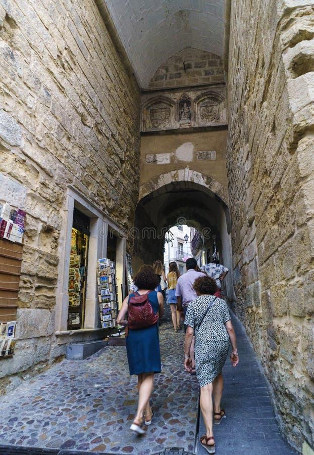 Coímbra, Portugal, el 13 de agosto de 2018: La vista del arco famoso llamó Almedina en la calle del mismo nombre en el par más ce imágenes de archivo libres de regalías