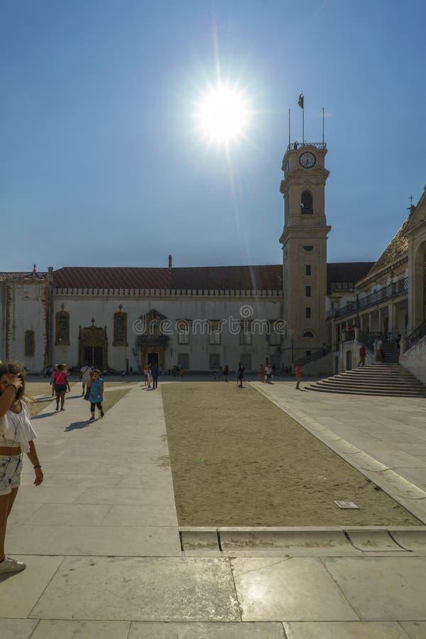 Coímbra, Portugal, el 13 de agosto de 2018: Los turistas que visitaban el patio de la universidad de Coímbra llamaron a Patio de  fotos de archivo libres de regalías
