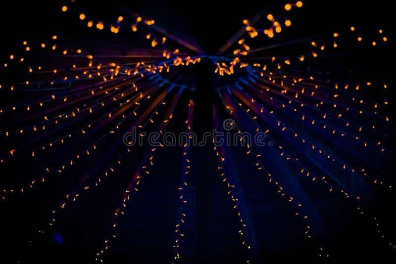 Собрание небольших маленьких оранжевых светов на свадьбе стоковые фотографии rf