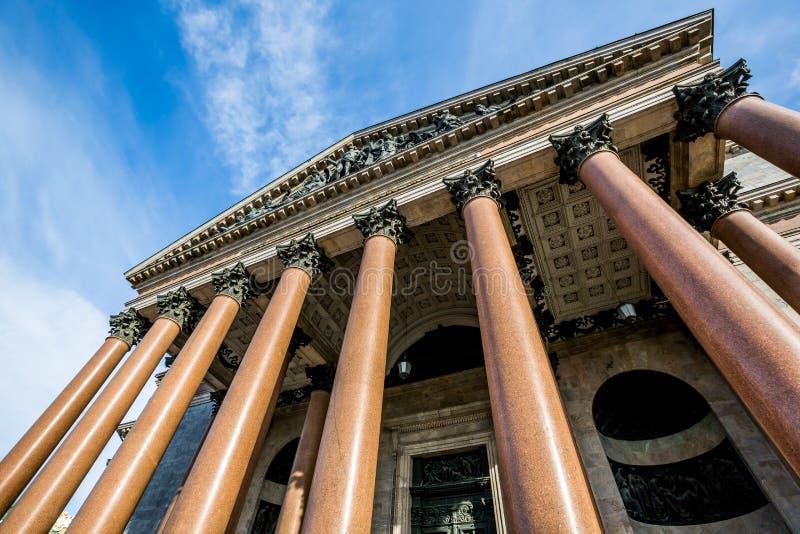 Собор Исаак Святого, богато украшенное религиозное строение с куполом золота - Санкт-Петербургом, Россией стоковое изображение rf