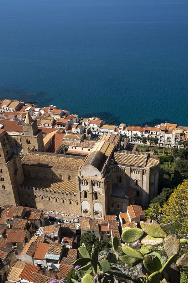 Собор Cefalu увиденный сверху, архитектура Араб-Норман в Сицилии стоковая фотография rf