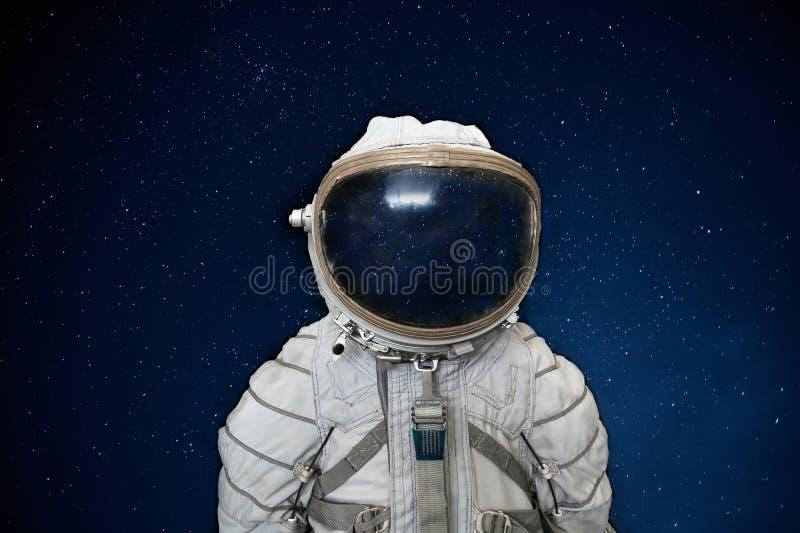 Советские космонавт или астронавт или костюм и шлем космонавта на черном космосе с предпосылкой звезд стоковое фото