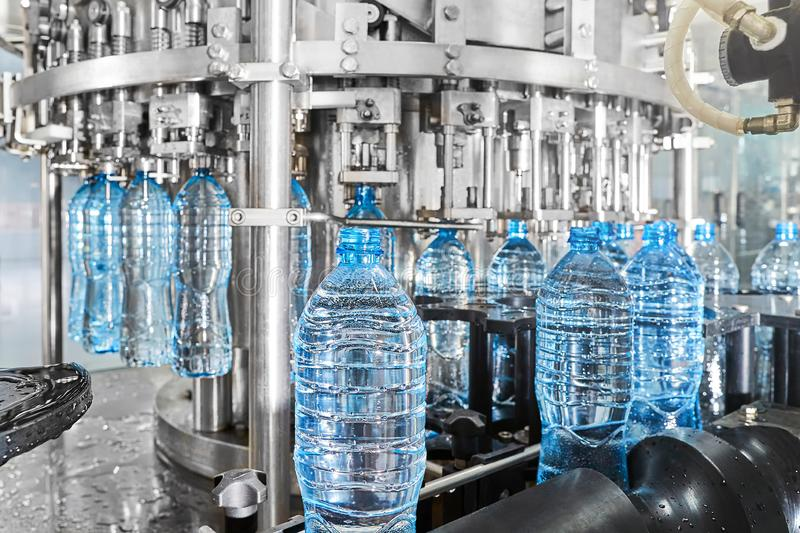 Современная автоматизированная линия разлива минеральной воды на заводе стоковое изображение rf