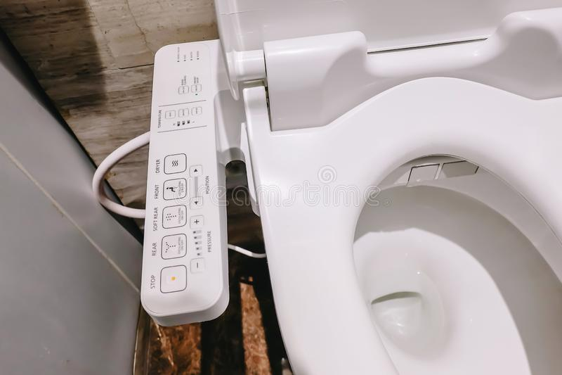 Современный высокотехнологичный туалет с электронным биде в Таиланде шар туалета стиля Японии, высокотехнологичный стоковые фотографии rf