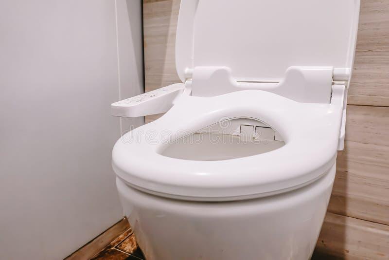 Современный высокотехнологичный туалет с электронным биде в Таиланде шар туалета стиля Японии, высокотехнологичные санитарные изд стоковое фото
