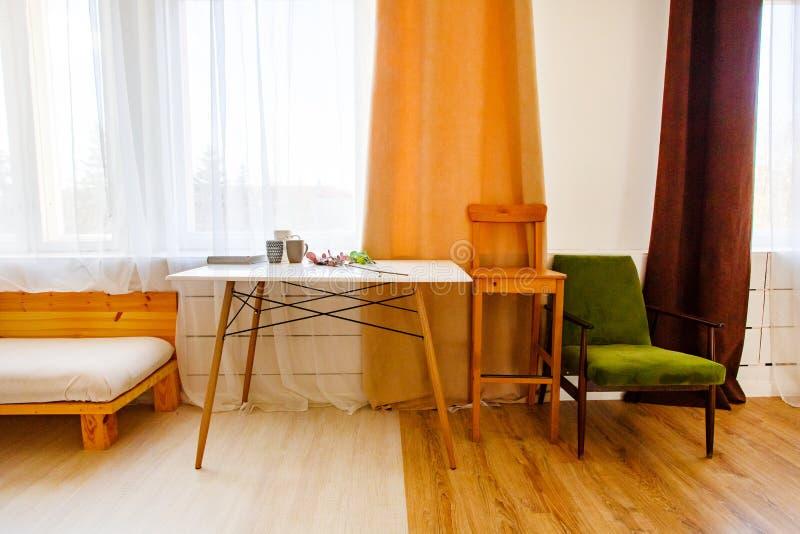 Современный интерьер в кухне Концепция оформления комнаты стоковые изображения