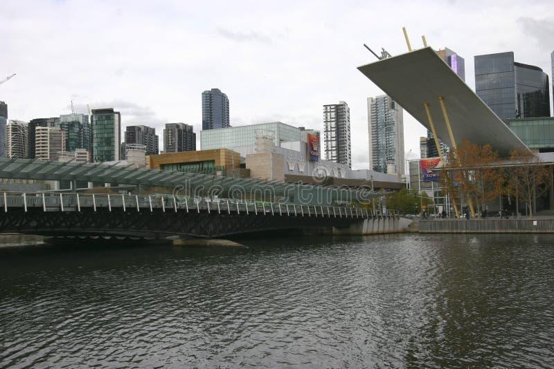 Современный мост с прибрежным городским пейзажем небоскребов на реке Yarra, южном причале, Мельбурне, Виктория, Австралии стоковое фото