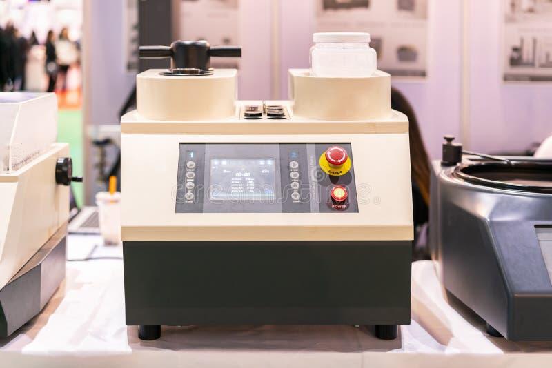 Современный прибор прессы установки прессформы образца лаборатории для образца подготовки перед проверкой процесса микроструктуры стоковое фото rf