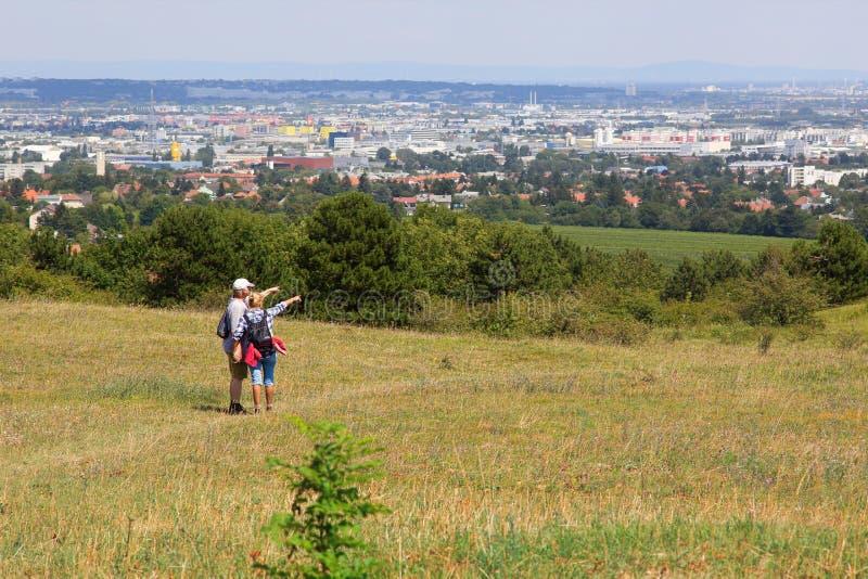 Соедините hikers стоя на вереске Perchtoldsdorf и смотря город Вены, Австрии стоковое изображение