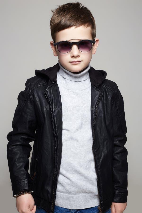 солнечные очки мальчика маленькие стильный ребенк в коже стоковое фото