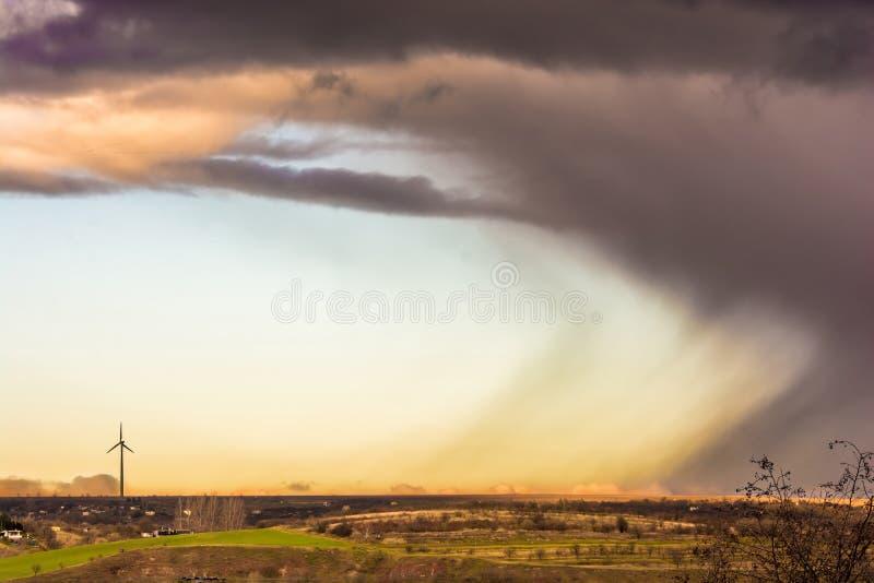 Солнце и дождь другие в красивом пейзаже стоковое изображение