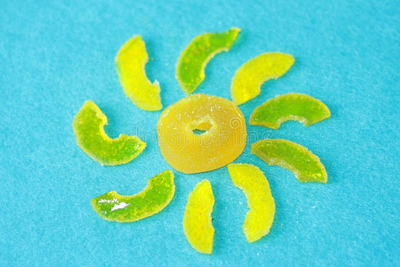 Солнце от желтого мармелада с лучами на светлом - голубая предпосылка войлока Засахарите сладкие помадки рождества Различное студ стоковые изображения rf