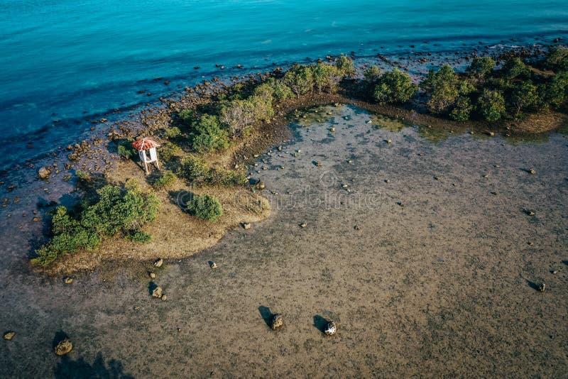 Сольный коттедж в середине острова стоковое изображение rf