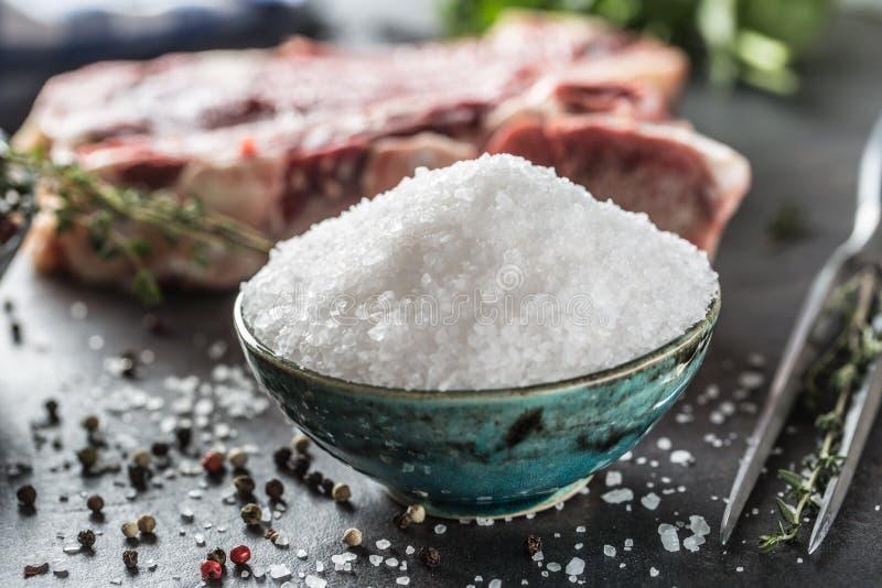 Соль моря в шаре с сырцовыми перцем и травами мяса говядины стоковые фотографии rf