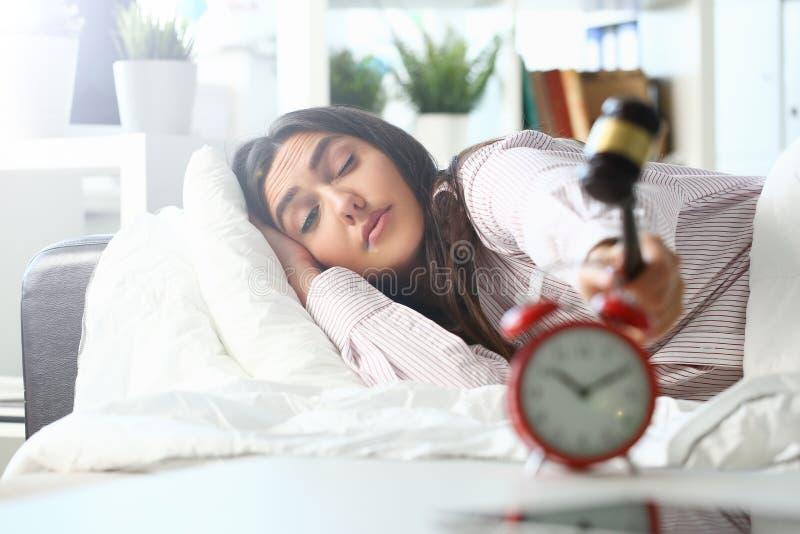 Сонный портрет молодой женщины с одним стоковые изображения rf