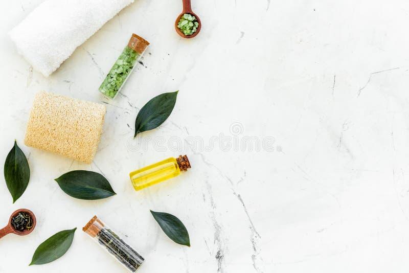Состав спа дерева чая Свежие листья дерева чая, естественные косметики, полотенце на белом каменном космосе экземпляра взгляда св стоковое фото rf