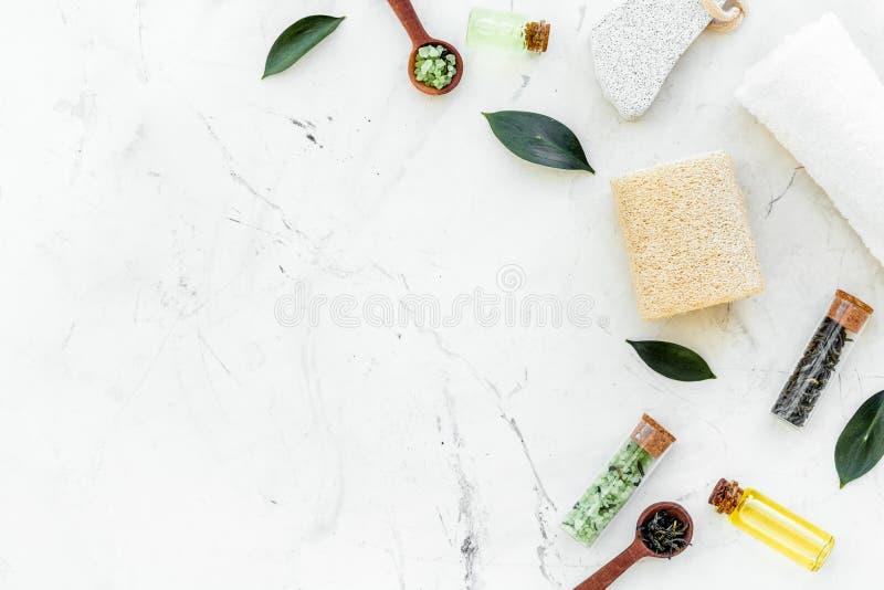 Состав спа дерева чая Свежие листья дерева чая, естественные косметики, полотенце на белом каменном космосе экземпляра взгляда св стоковая фотография