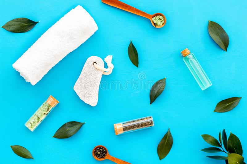 Состав спа с необходимым маслом дерева чая Свежие листья дерева чая, естественные косметики, полотенце на голубом взгляде сверху  стоковые изображения rf