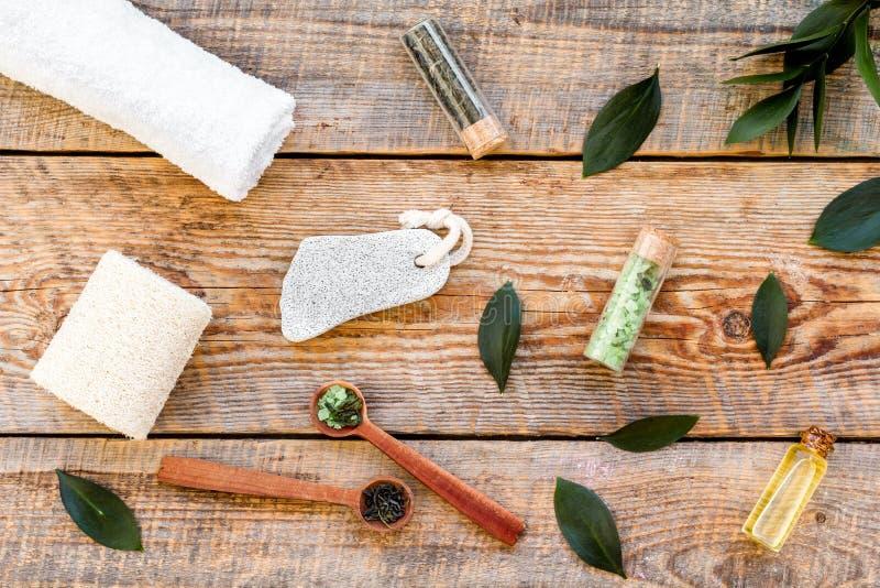 Состав спа с необходимым маслом дерева чая Свежие листья дерева чая, естественные косметики, полотенце на деревянной верхней част стоковое фото rf