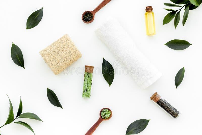 Состав спа с необходимым маслом дерева чая Свежие листья дерева чая, естественные косметики, полотенце на белой верхней части пре стоковое фото