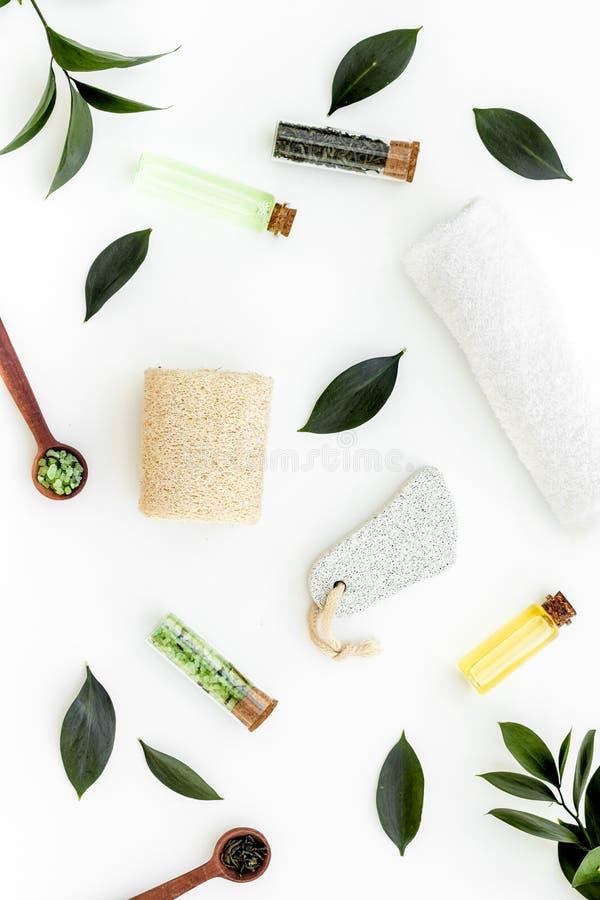 Состав спа с необходимым маслом дерева чая Свежие листья дерева чая, естественные косметики, полотенце на белой верхней части пре стоковое изображение rf